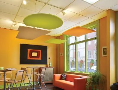 Plafond suspendu avec panneaux acoustiques